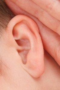 कान से कम सुनाई देना – कारण, लक्षण और उपचार
