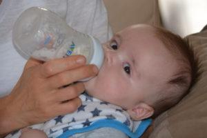 बच्चे को दूध पिलाने के तरीके