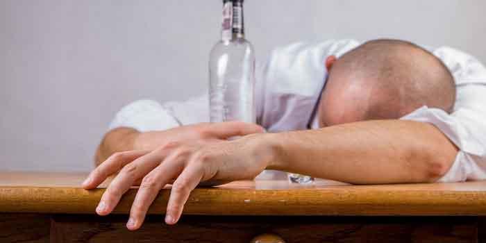 खर्राटे को दूर करने लिए सोने से पहले अल्कोहल को कहे नहीं