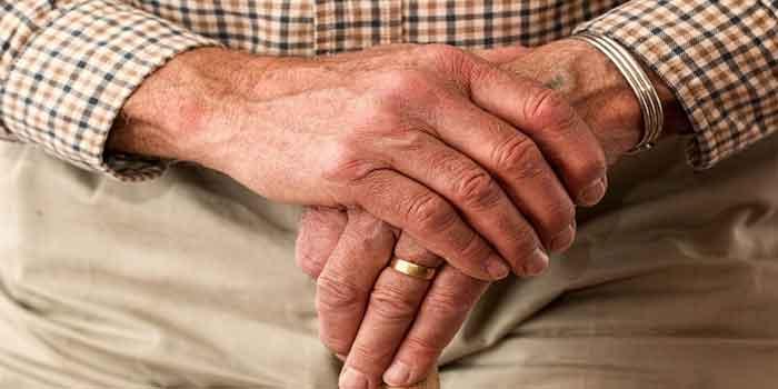 घुटने के दर्द को कम करने के लिए अपने आप को सहारा दें