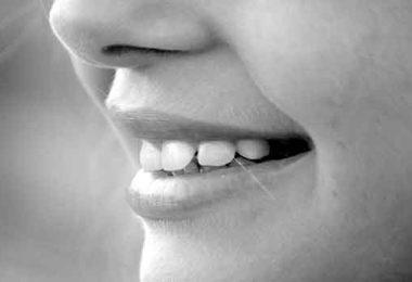 दांतों को चमकाने के आयुर्वेदिक उपाय