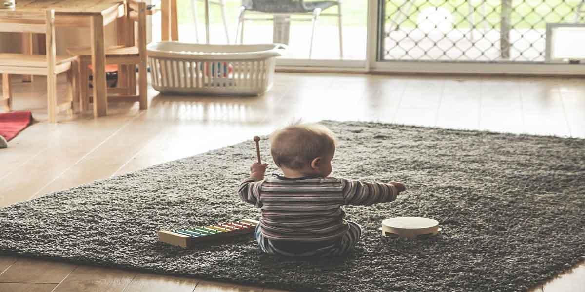 बच्चे के पहुंचने योग्य जगह पर उनके खिलौने रखें