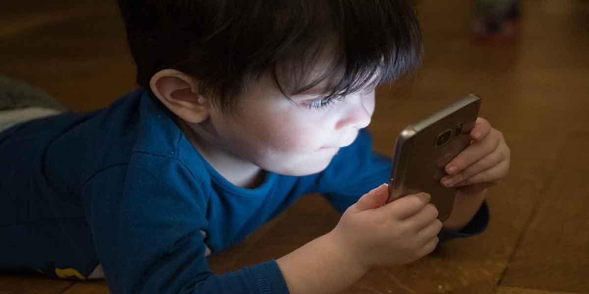 बच्चों को मोबाइल फोन से दूर रखें