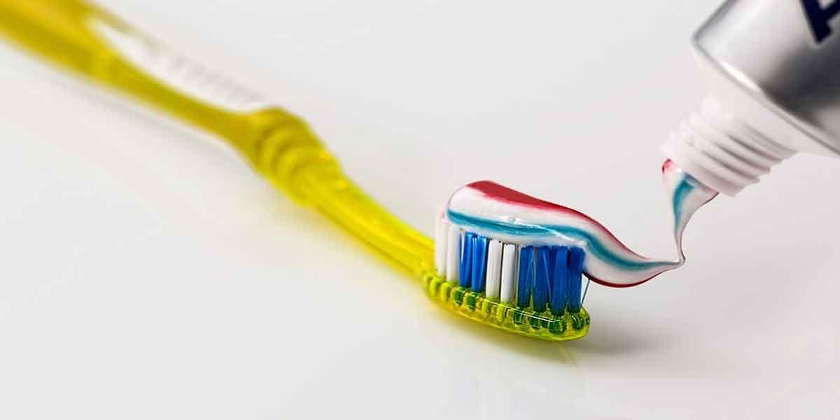 अच्छा टूथब्रश प्रयोग करें