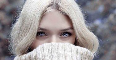 आंखों के नीचे सूजन को कम करने के तरीके
